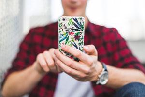 Un jeune tenant un iphone à la main