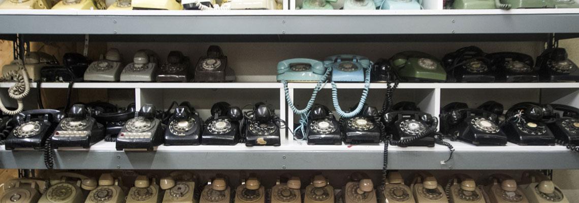 Vieux téléphones sur une armoire